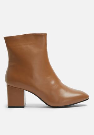 Heeled zip boot